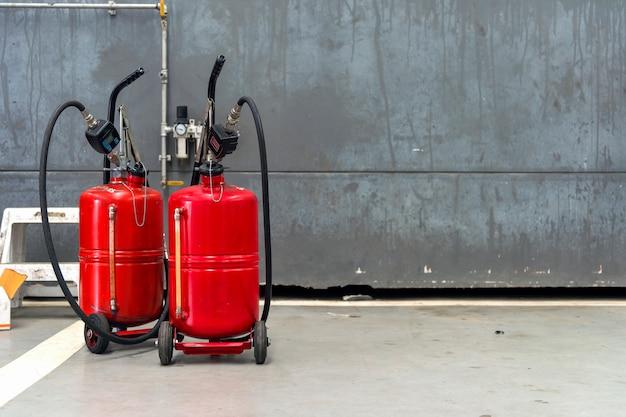 Altes rotes beckenänderungsautoöl mit weichzeichnung im hintergrund