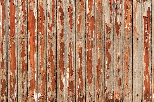 Altes rotes holzplankenmuster auf tisch mit schmutz und abgezogener oberfläche. abstrakter hintergrund. vintage und retro hintergrund.