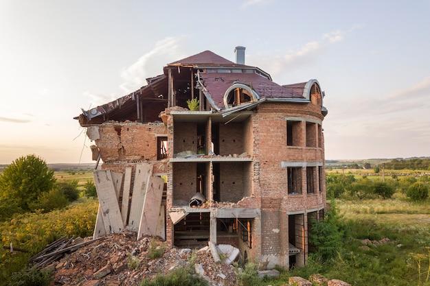 Altes ruiniertes gebäude nach erdbeben. ein eingestürztes backsteinhaus.