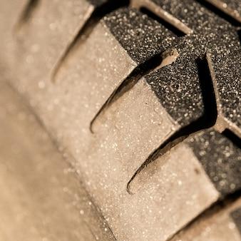 Altes schrittmuster für fahrzeug. der abrieb von autorädern verringert die sicherheit