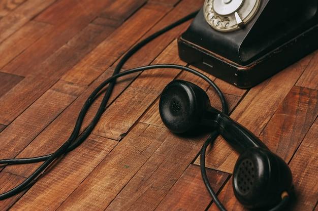 Altes schwarzes telefon auf dem boden