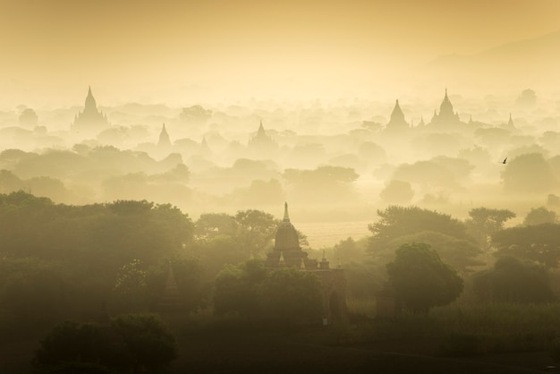 Altes stadtfeld der sonnenaufgangszenen-pagode in bagan myanmar. (hohe bildqualität)