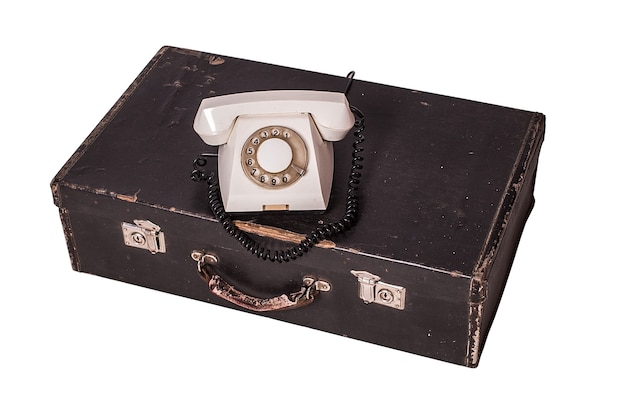 Altes telefon auf einem alten koffer