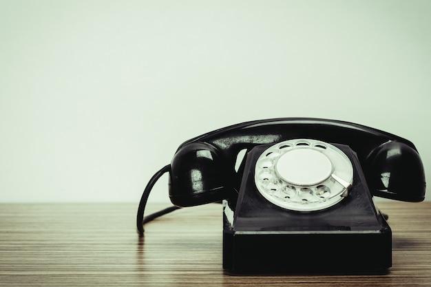 Altes telefon auf holztisch