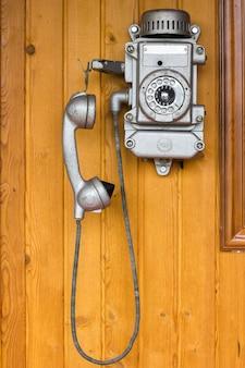 Altes telefon, retro, altes telefon. an einer holzwand hängen
