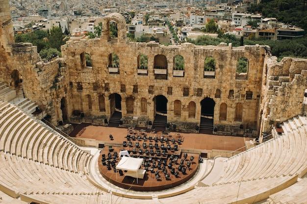 Altes theater an einem sommertag in der akropolis