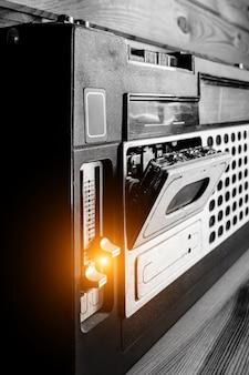 Altes tonbandgerät mit audiokassette.
