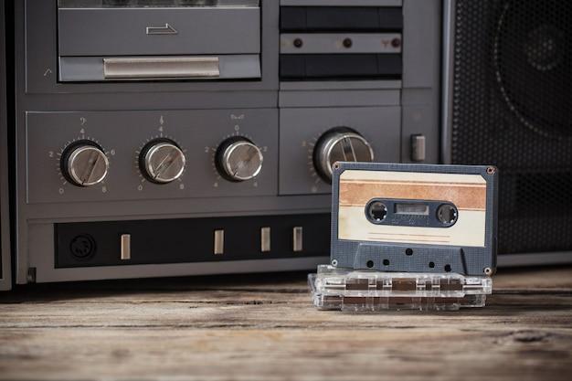 Altes tonbandgerät und kassette auf holztisch
