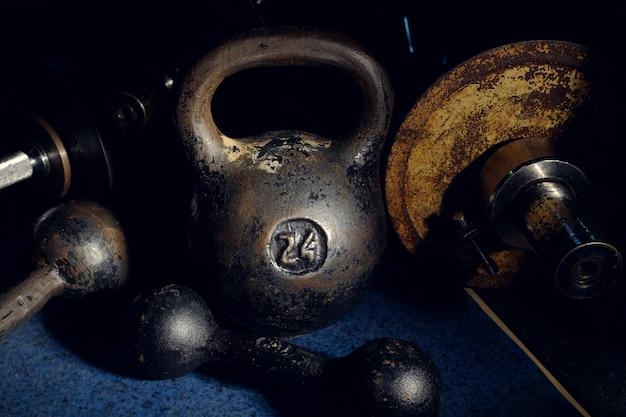 Altes und schweres kettlebellgewicht in der dunkelkammer.