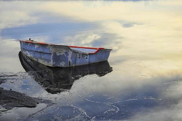 Altes verlassenes boot auf dem see