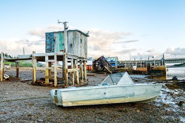 Altes verlassenes boot auf dem ufer. düster schöne nördliche natur.