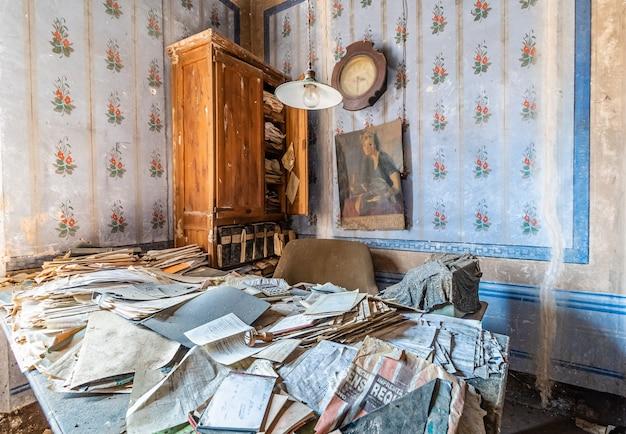 Altes verlassenes büro mit vielen dokumenten