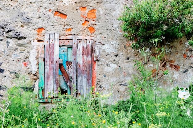 Altes verlassenes haus mit holztür und fenster