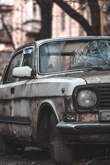 Altes verlassenes rostiges auto