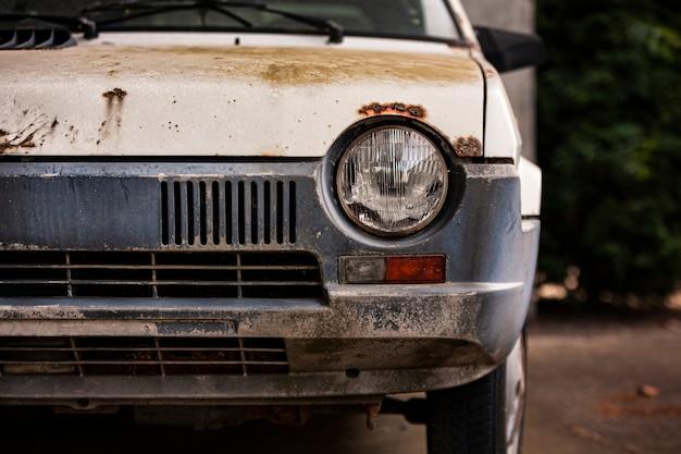Altes verlassenes und rostiges autoaußendetail