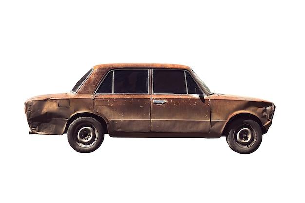 Altes verrostetes angezündetes auto. isoliert über weiß