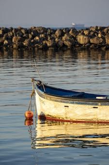 Altes verwittertes boot zum angeln auf dem wasser