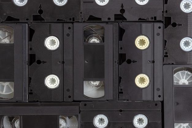 Altes videoband auf schwarzem hölzernem hintergrund. draufsicht