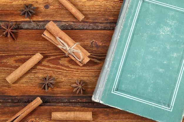 Altes weinlesebuch auf dunklem hölzernem hintergrund