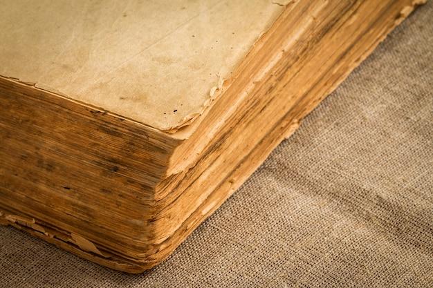 Altes weinlesebuch mit vergilbten gealterten seiten, nahaufnahme