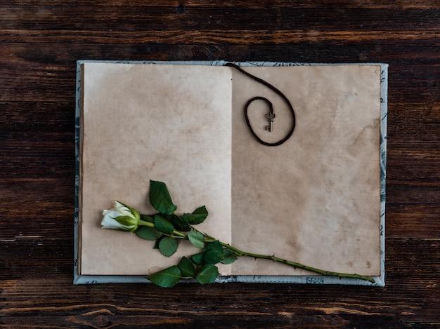 Altes weinlesepapier auf hölzernem hintergrund. kopieren sie platz.