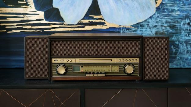 Altes weinleseradio lokalisiert auf weiß