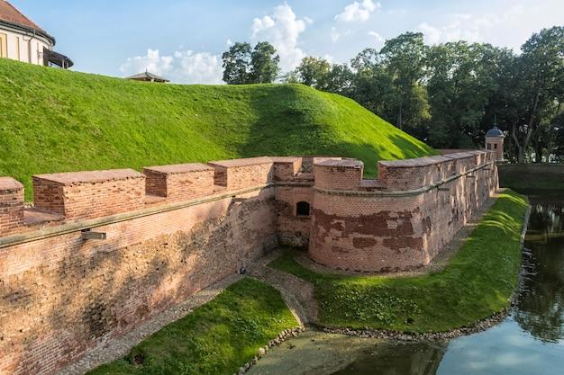 Altes wieder hergestelltes schloss mit einem burggraben in der nesvizh-stadt.