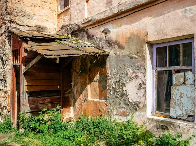 Altes wohnhaus. bröckelnder putz an den wänden des hauses