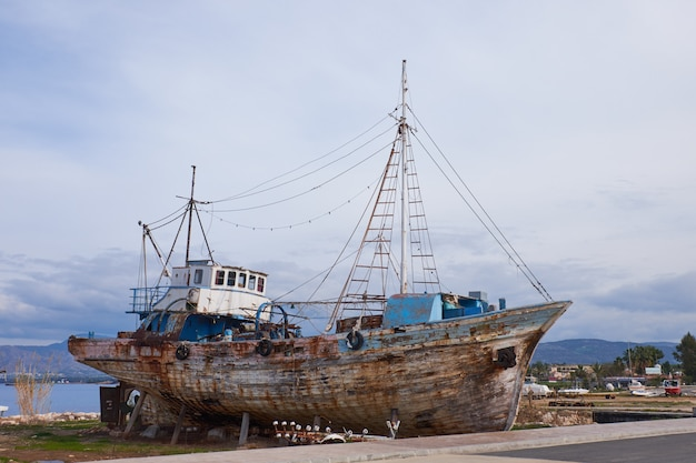 Altes wrack eines fischerboots