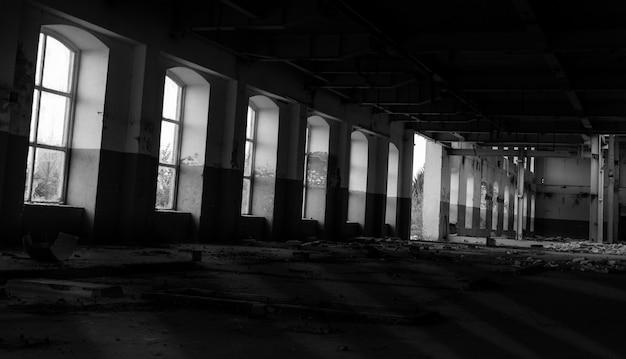 Altes zerstörtes gebäude mit vielen ruinen im inneren