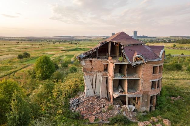 Altes zerstörtes gebäude nach dem erdbeben. ein eingestürztes backsteinhaus.