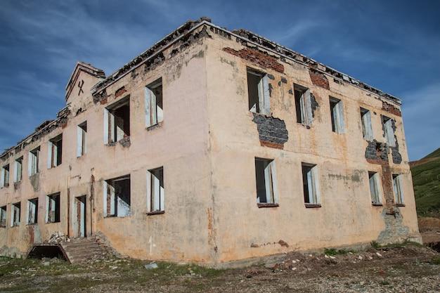 Altes zerstörtes gebäude, verwüstung und verlassenheit