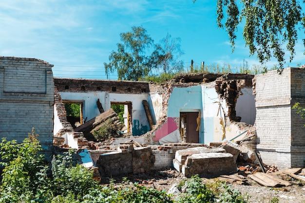 Altes zerstörtes haus nach erdbeben