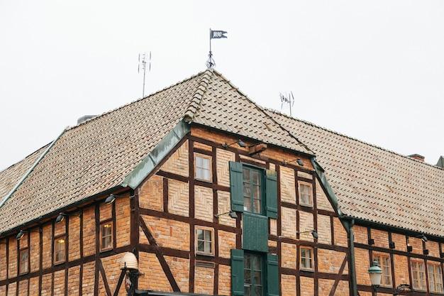 Altes ziegelsteingebäude mit fensterfensterläden