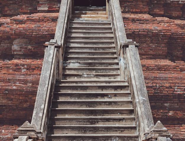 Altes ziegelsteintreppenhaus der alten ruinierten pagada in thailand