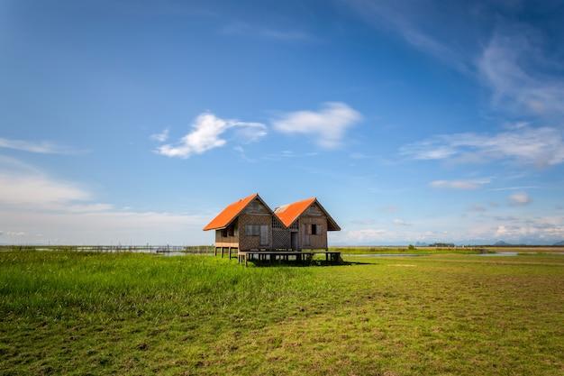 Altes zwillingshaus auf feuchtgebiet am talay noi see