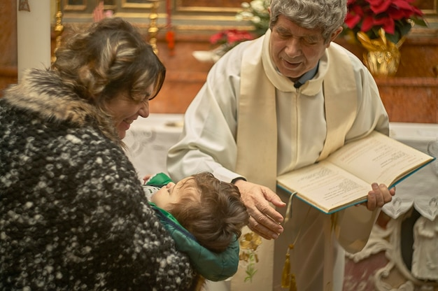 Altkatholischer priester feiert taufe in einer italienischen kirche