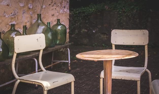 Altmodische stühle auf einer terrasse