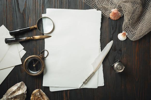 Altmodische wohnung lag mit buchstaben, die zubehör auf dunklem holztisch schreiben