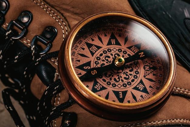Altmodischer kompass auf rustikalem holztisch