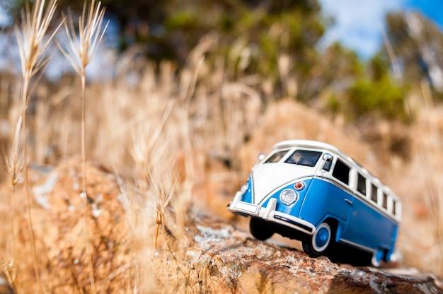 Altmodischer miniatur-van auf einer landstraße