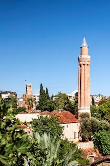 Altstadt kaleici mit roten ziegeldächern an der mittelmeerküste