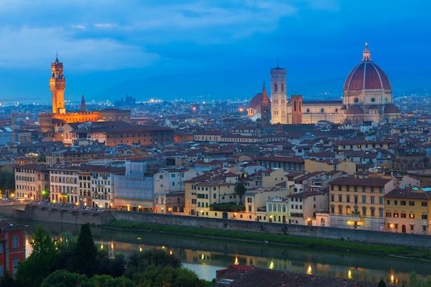 Altstadt über dem fluss arno bei nacht, florenz, italien