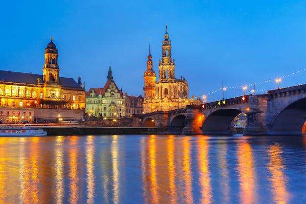 Altstadt und elba bei nacht in dresden, deutschland