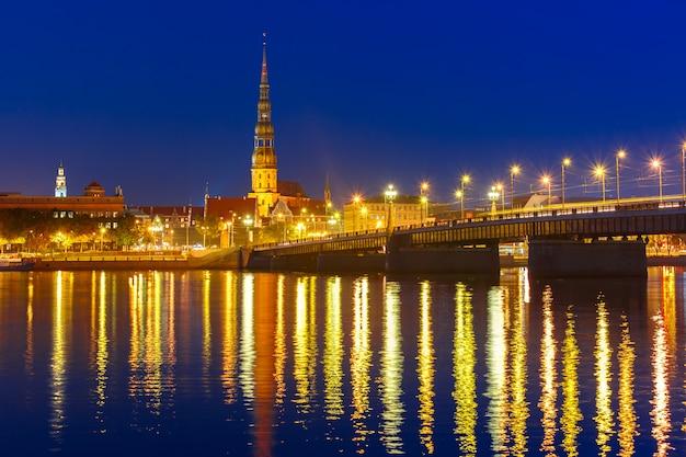 Altstadt und fluss daugava bei nacht, riga, lettland
