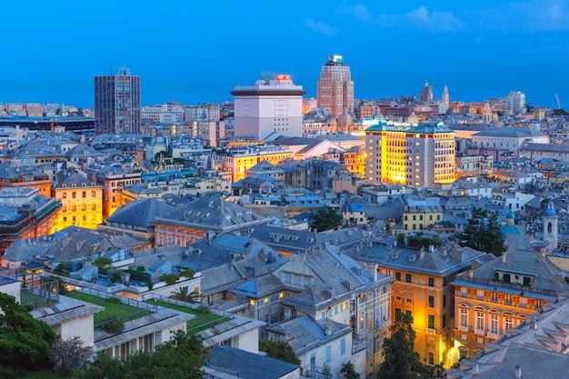 Altstadt und hafen von genua bei nacht, italien.