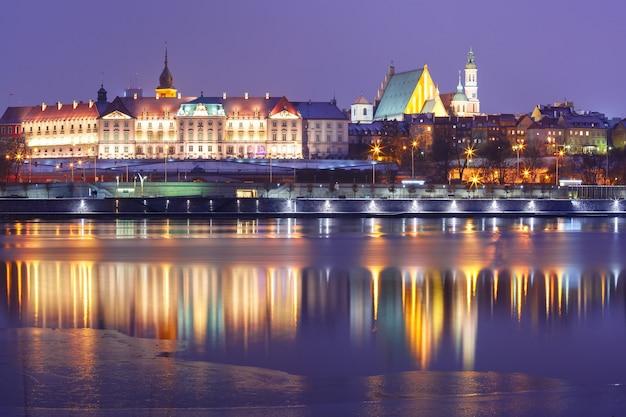 Altstadt und weichsel in der nacht in warschau, polen.