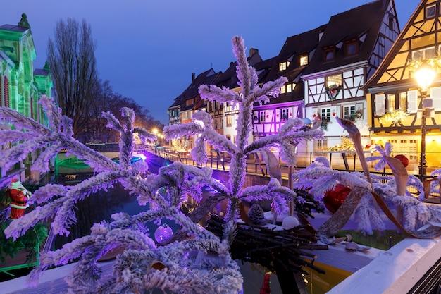 Altstadt von colmar, dekoriert und beleuchtet zur weihnachtszeit, elsass, frankreich