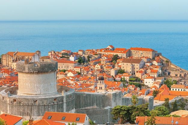 Altstadt von dubrovnik mit minceta-turm, stadtmauern und orangefarbenen dächern an der adria in kroatien. berühmtes europäisches reiseziel in europa