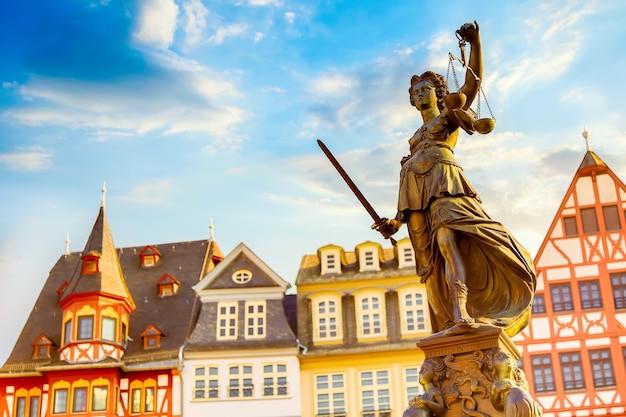 Altstädter ring romerberg mit justitia-statue in frankfurt main